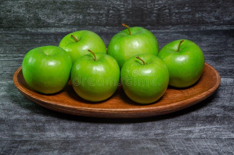 Manzana verde en fondo de madera fotos de archivo