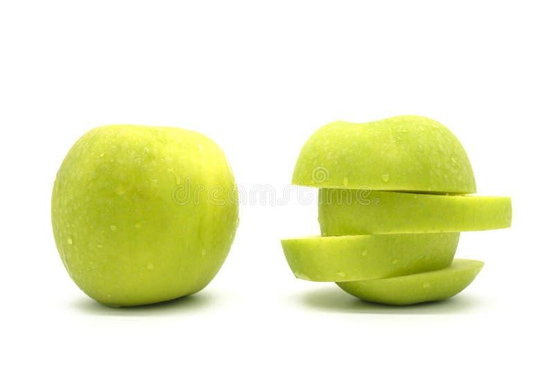 Manzana verde fresca del primer aislada en el fondo blanco del fichero con la trayectoria de recortes imagen de archivo