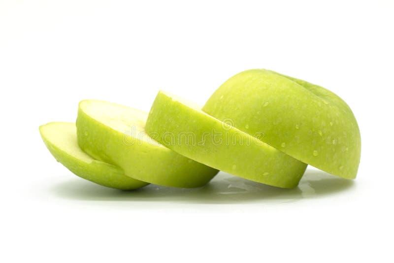 Manzana verde fresca del primer aislada en el fondo blanco del fichero con la trayectoria de recortes foto de archivo