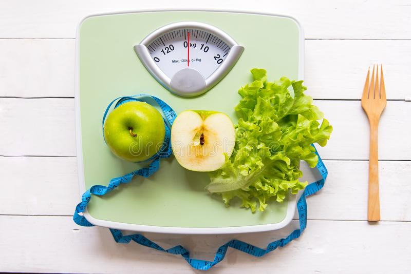 Manzana verde, verduras frescas con la escala del peso y cinta métrica para adelgazar de la dieta sana fotos de archivo libres de regalías