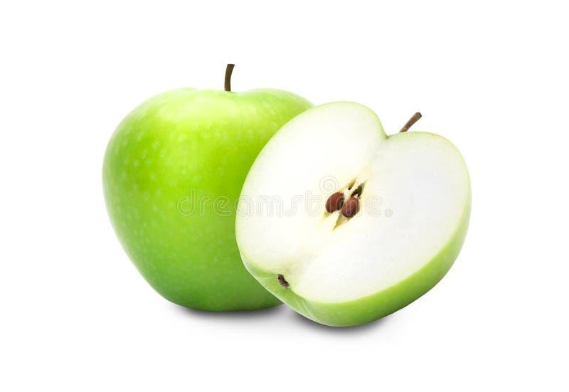 Manzana verde y mitad aisladas en el fondo blanco, trayectoria de recortes foto de archivo