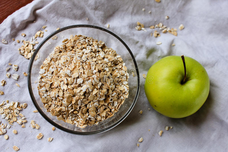 Manzana y harina de avena verdes fotos de archivo