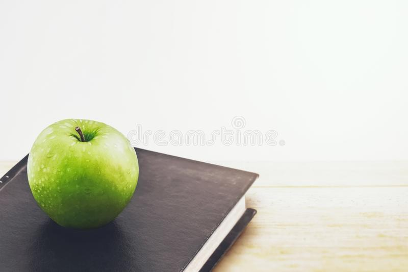 Manzana y libro verdes imagen de archivo libre de regalías