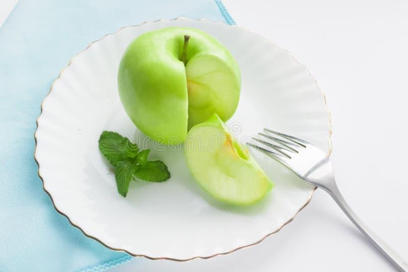 manzana y menta verdes en una placa blanca imagen de archivo