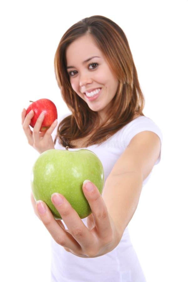 Manzanas bonitas de la explotación agrícola de la mujer imagen de archivo