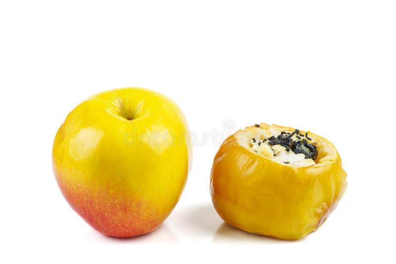 Manzanas cocidas amarillas y rellenas frescas con las semillas y las nueces del sezame aisladas en un fondo blanco fotografía de archivo