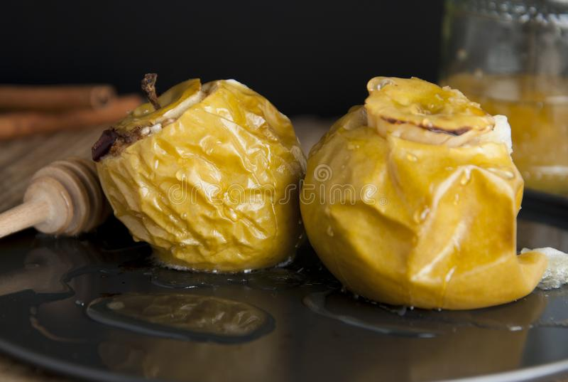 Manzanas cocidas sabrosas rellenas con la miel y frutas secadas, nutrición sana, comida dulce deliciosa, desset o desayuno fotos de archivo