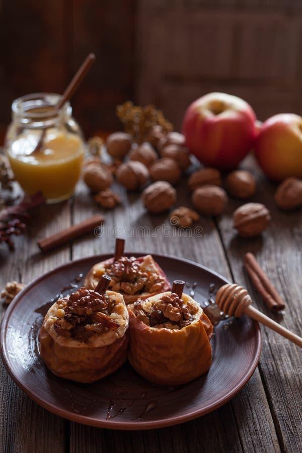 Manzanas cocidas sanas rellenas con las pasas y los palillos de canela nuts fotografía de archivo libre de regalías