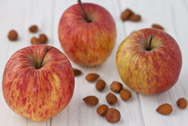Manzanas con las almendras y las avellanas imágenes de archivo libres de regalías