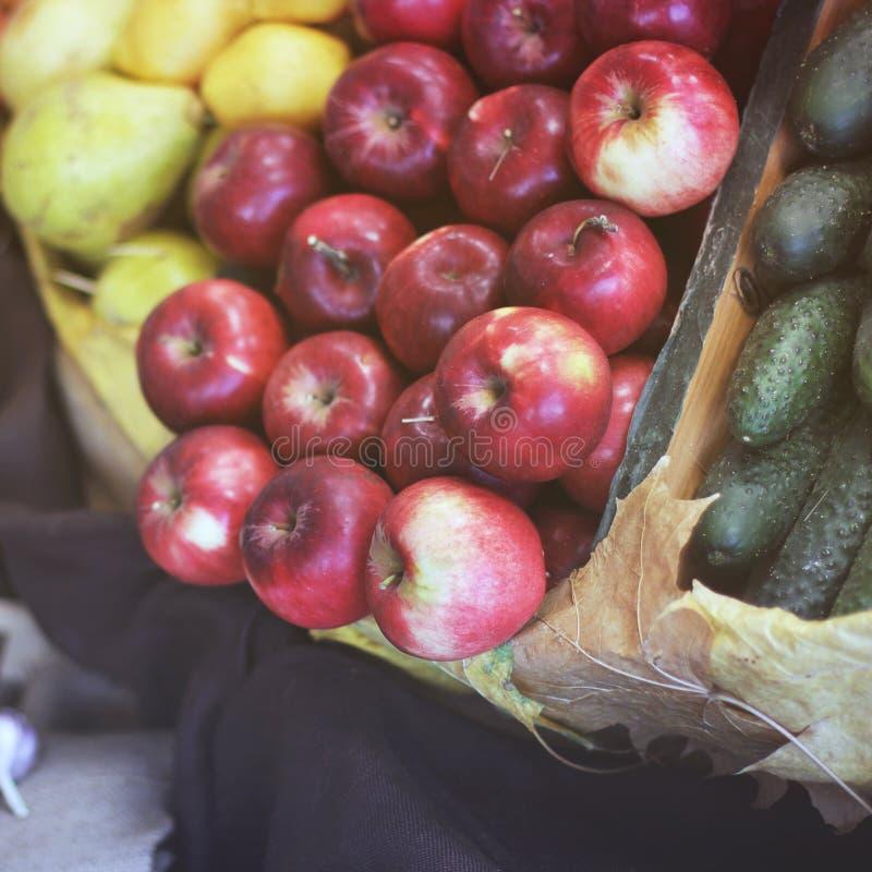Manzanas de la cosecha, pepinos y conservado imagen de archivo