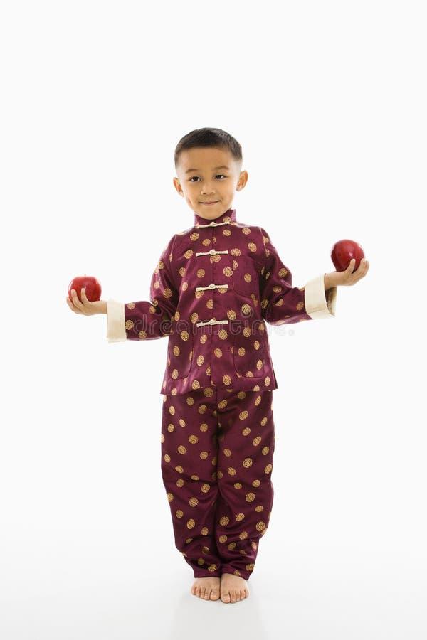 Manzanas de la explotación agrícola del muchacho imagenes de archivo