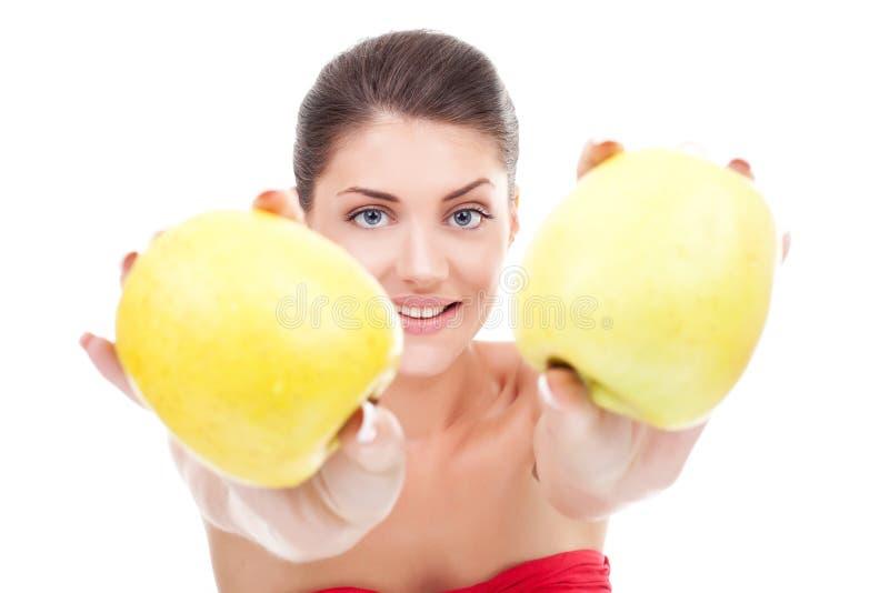 Manzanas de ofrecimiento de la mujer foto de archivo libre de regalías
