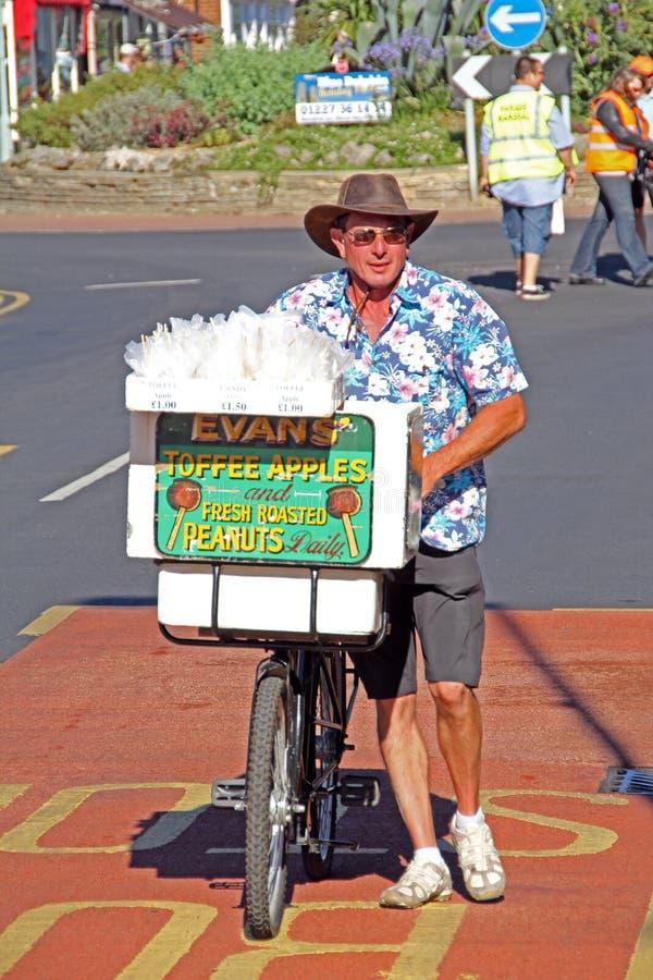 Manzanas del caramelo del vendedor ambulante de la bicicleta foto de archivo