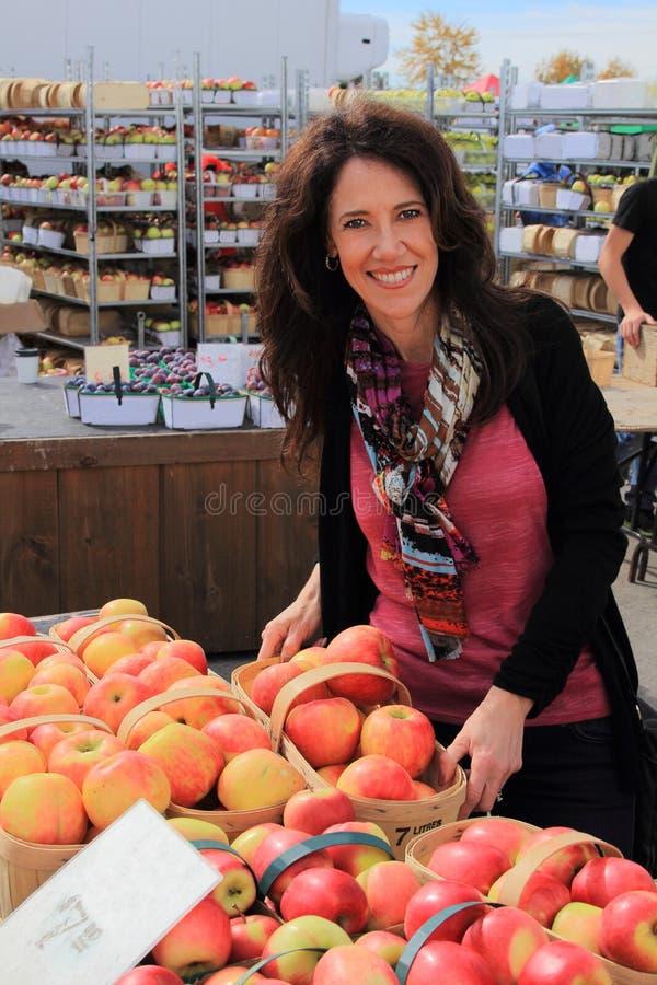 Manzanas del mercado de los granjeros imagenes de archivo
