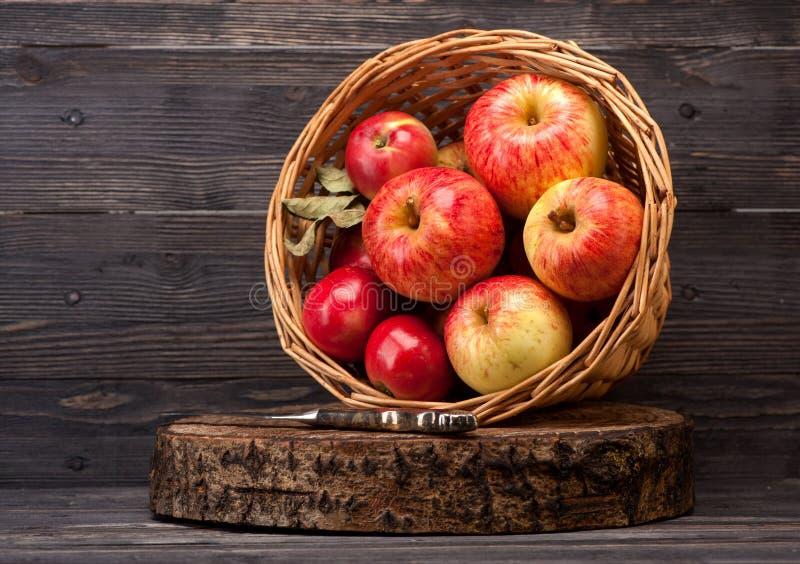 Manzanas en cesta imágenes de archivo libres de regalías