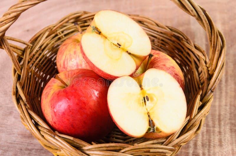 Manzanas en cesta en el fondo de madera imágenes de archivo libres de regalías