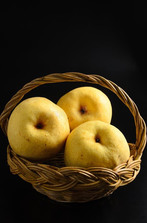 Manzanas en cesta en un fondo negro imagen de archivo libre de regalías