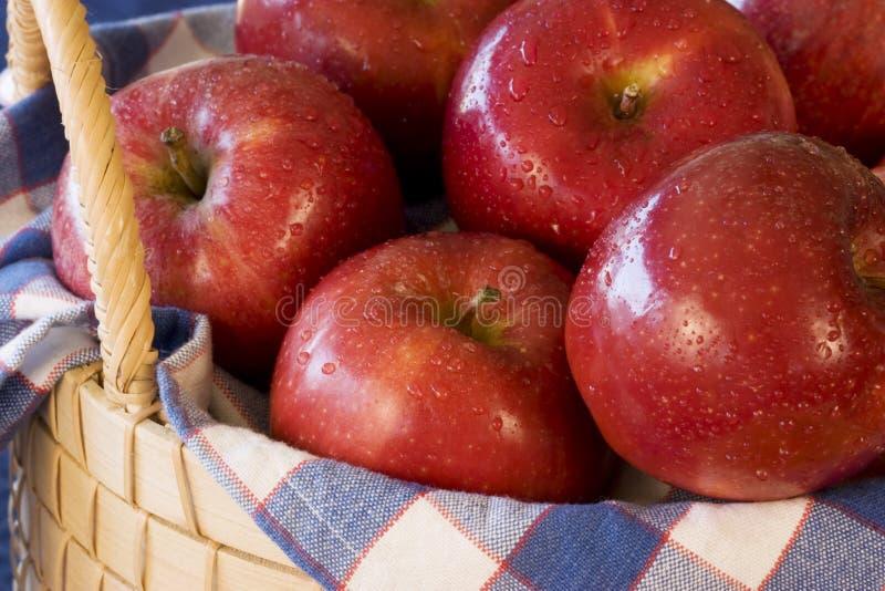 Manzanas en la cesta - horizontal imagen de archivo libre de regalías