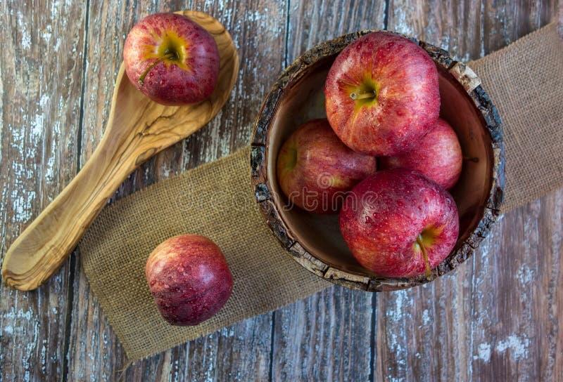 Manzanas en tazón de fuente de madera fotos de archivo libres de regalías