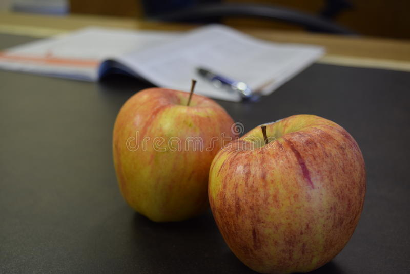 Manzanas en un escritorio imagen de archivo libre de regalías