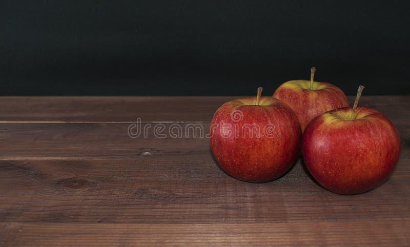 Manzanas en un fondo de madera Dieta apropiada Dieta sana vegetarianism Desayuno apropiado el bocado derecho imágenes de archivo libres de regalías