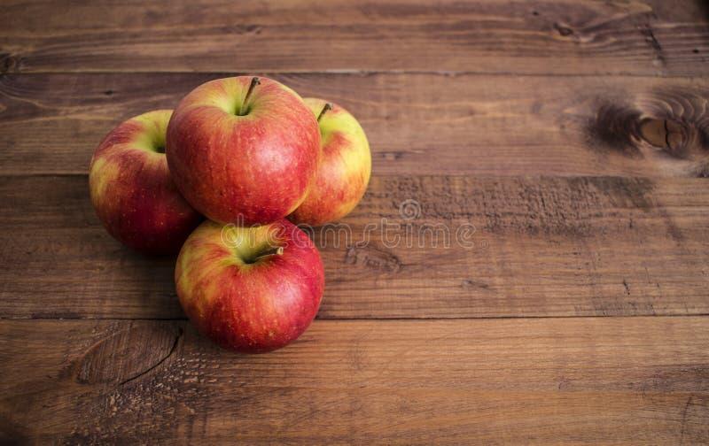Manzanas en un fondo de madera Dieta apropiada Dieta sana vegetarianism Desayuno apropiado el bocado derecho fotografía de archivo