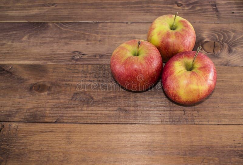 Manzanas en un fondo de madera Dieta apropiada Dieta sana vegetarianism Desayuno apropiado el bocado derecho fotos de archivo libres de regalías