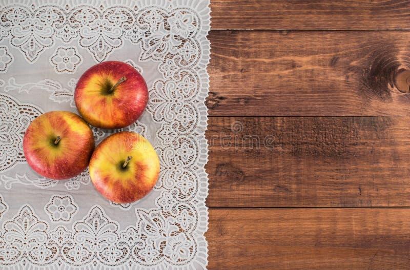 Manzanas en una servilleta de madera del fondo y del cordón Dieta apropiada Dieta sana vegetarianism Desayuno apropiado el bocado fotos de archivo