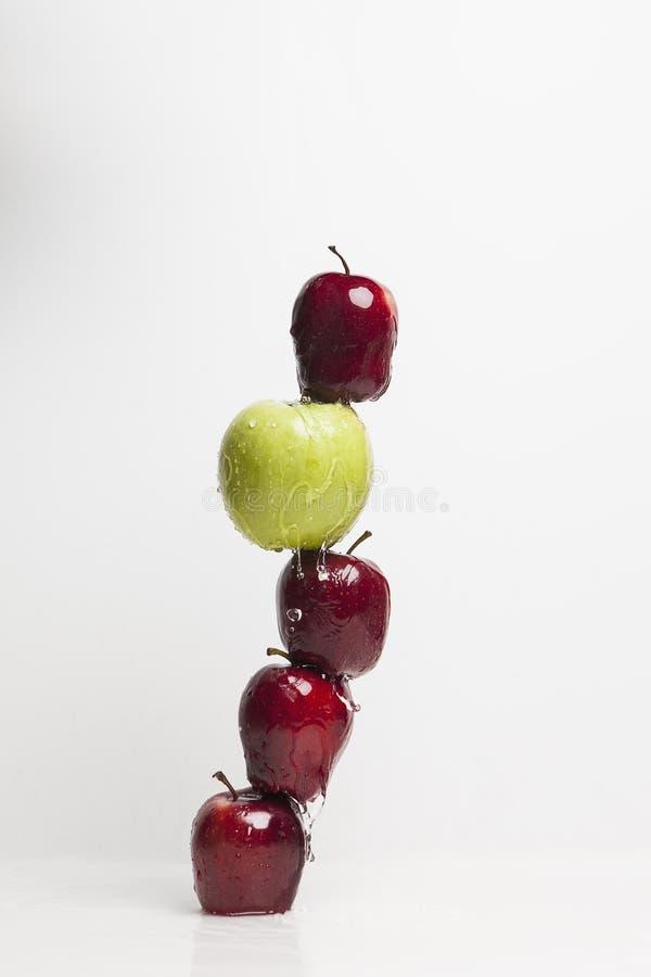 Manzanas equilibradas foto de archivo
