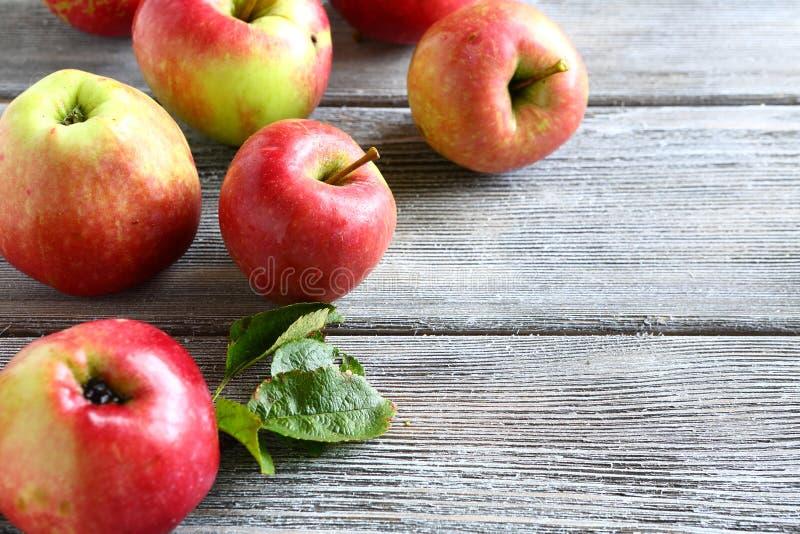 Manzanas frescas en los tableros de madera foto de archivo