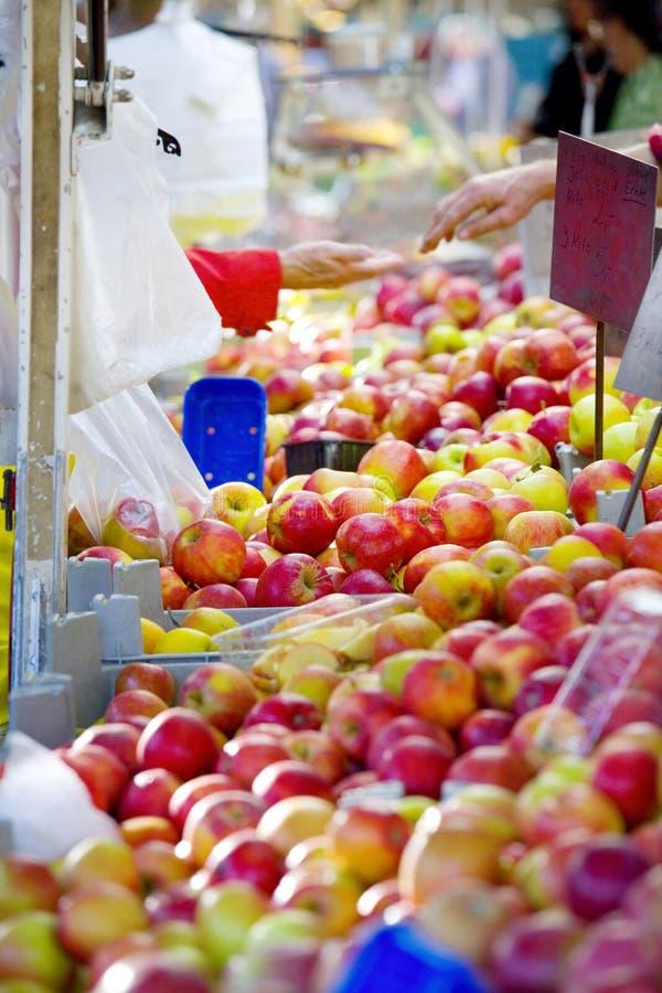 Manzanas frescas en un mercado del ` s del granjero, comida sana, fruta, selectiv foto de archivo libre de regalías