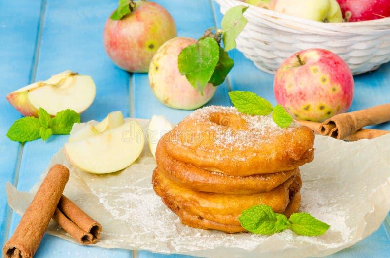 Manzanas fritas en un talud con canela y azúcar en polvo imagenes de archivo