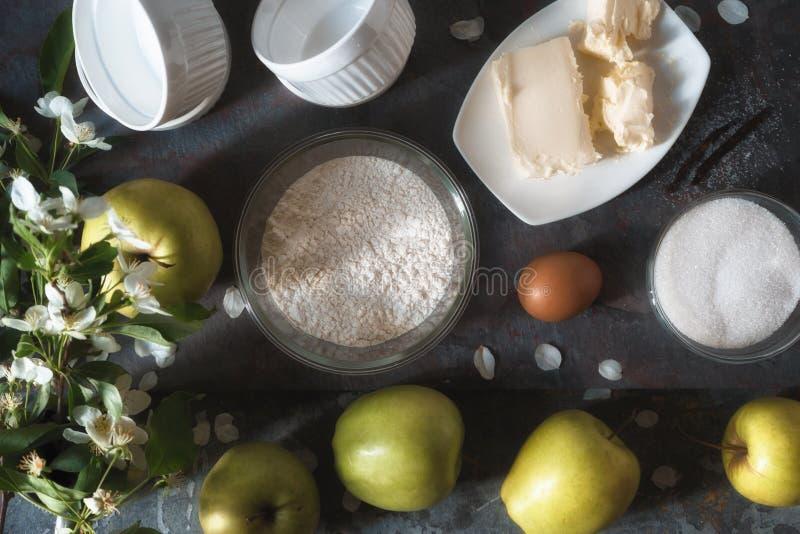 Manzanas, harina, azúcar para el tatena del tarte de Apple fotos de archivo libres de regalías