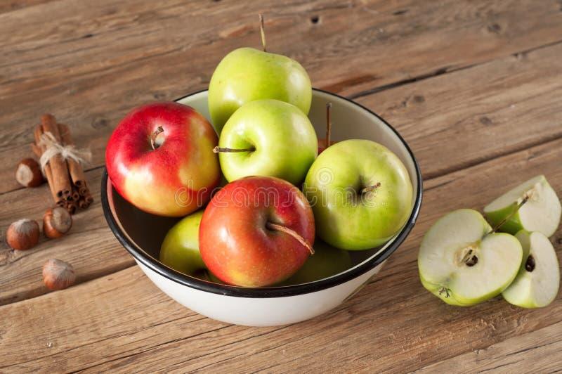 Manzanas jugosas rojas y verdes colocadas en un cuenco fotografía de archivo libre de regalías