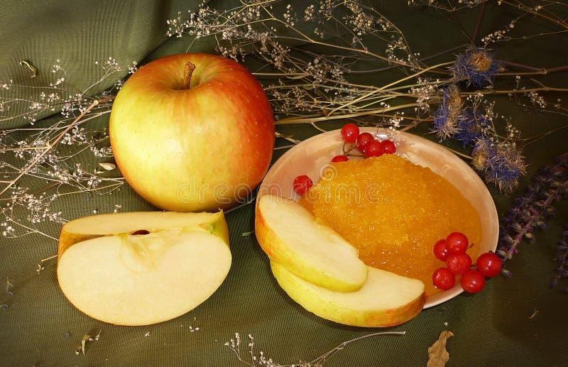 Manzanas maduras con la miel fotografía de archivo libre de regalías