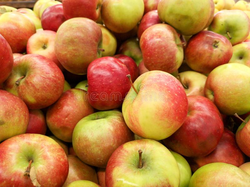 Manzanas maduras en la tienda como fondo fotografía de archivo
