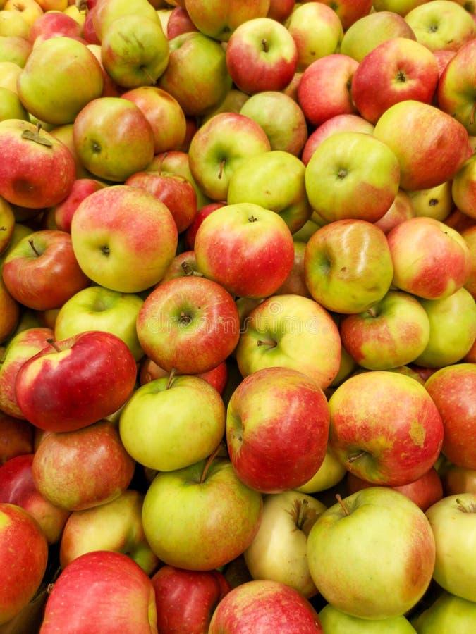 Manzanas maduras en la tienda como fondo foto de archivo libre de regalías