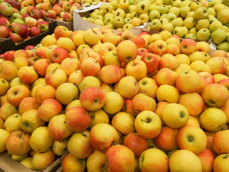 Manzanas maduras en la tienda como fondo imagen de archivo