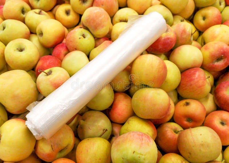 Manzanas maduras en la tienda como fondo imagen de archivo libre de regalías
