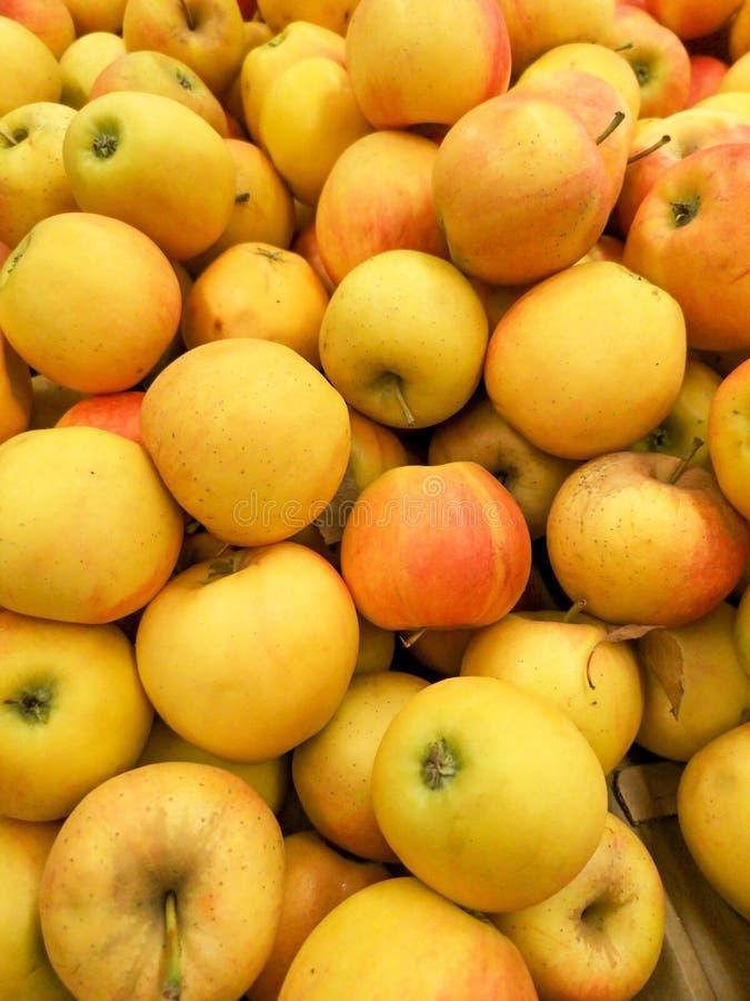 Manzanas maduras en la tienda como fondo foto de archivo