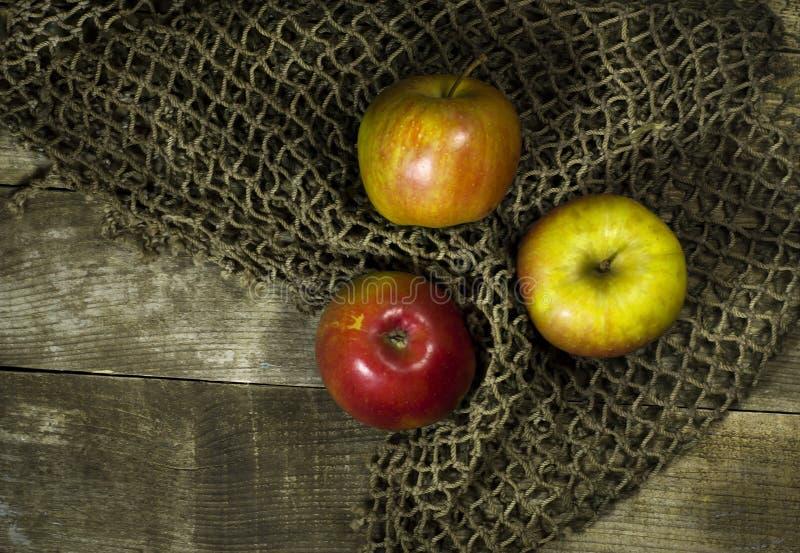 Manzanas maduras en un fondo de madera fotografía de archivo libre de regalías