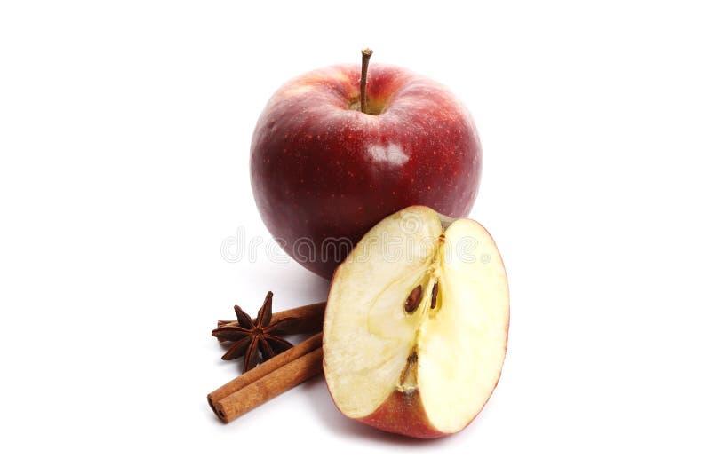 Manzanas maduras jugosas con el anís del canela y de estrella aislado en el fondo blanco foto de archivo libre de regalías