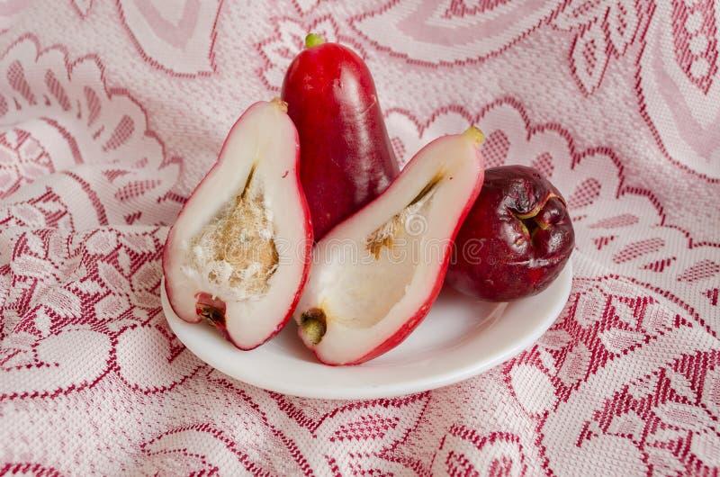 Manzanas maduras rojas de Otaheite en la placa blanca imagenes de archivo