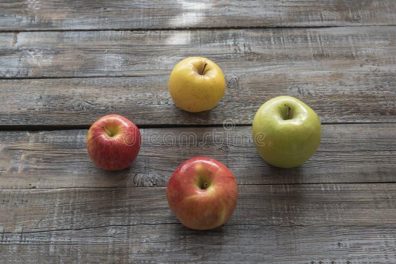 Manzanas orgánicas en fondo de los tableros de madera Concepto del otoño fotos de archivo