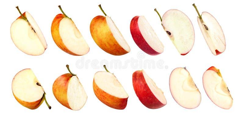 Manzanas rojas cortadas sobre fondo blanco imagenes de archivo