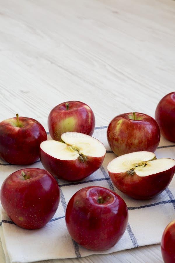 Manzanas rojas crudas frescas en la superficie de madera blanca, opinión de ángulo bajo Primer Copie el espacio fotos de archivo libres de regalías