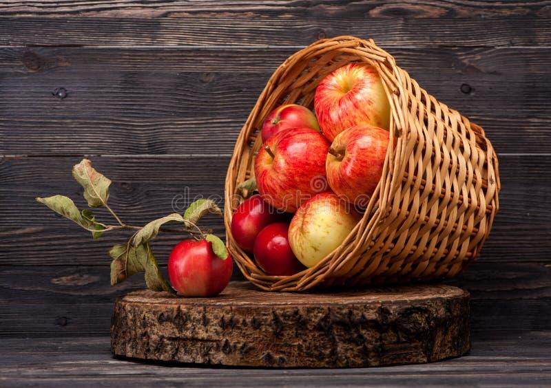 Manzanas rojas en cesta vieja imagen de archivo libre de regalías