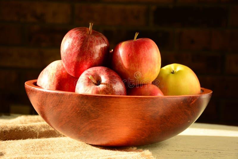 Manzanas rojas en el cuenco de madera, foco selectivo fotografía de archivo