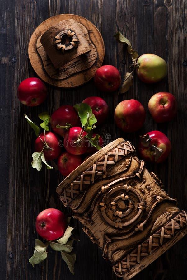 Manzanas rojas en un fondo de madera, visión superior fotos de archivo libres de regalías