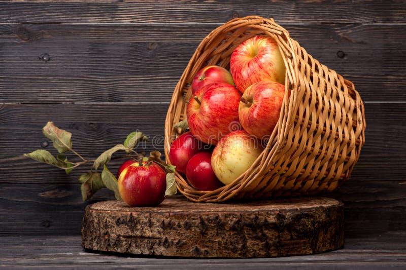 Manzanas rojas maduras en cesta Todavía vida 1 imagen de archivo libre de regalías